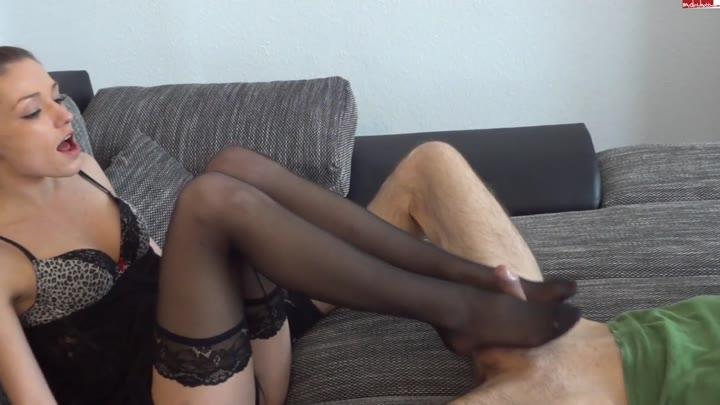 видео как девушка в колготках ласкает парня ногами - 9